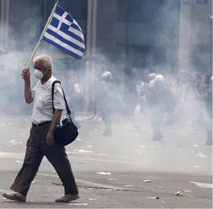 Tsipras_calls_on_Greeks_to_defy_'blackmail'_as_nation_remains_divided_and_fearful