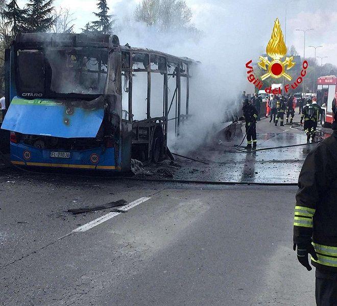 Dirotta_bus_e_gli_dà_fuoco