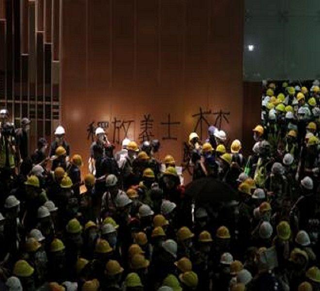 Hong_Kong,_irruzione_e_cariche