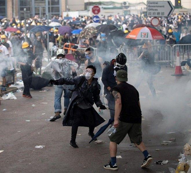 Proseguono_le_proteste_ad_Hong_Kong,_attivista_ferito_da_un_proiettile_e_lacrimogeni_contro_i_manifestanti