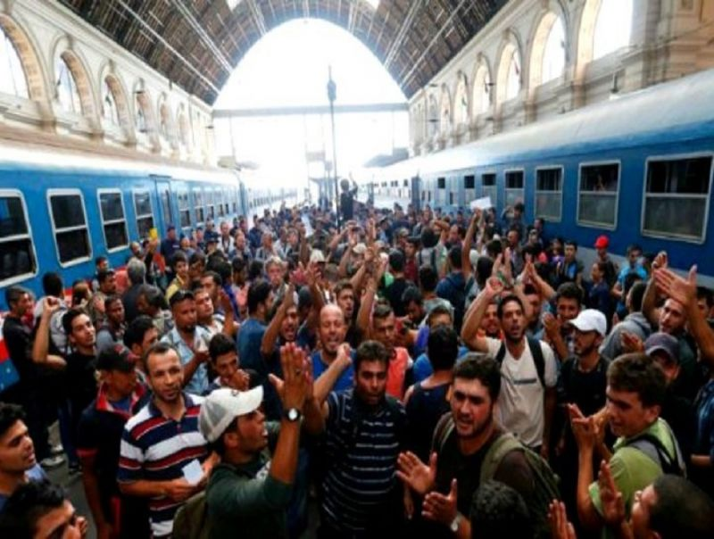 Hungary_to_bus_people_to_Austrian_border_after_over_1,200_people_start_135km_walk_after_international_trains_blocked