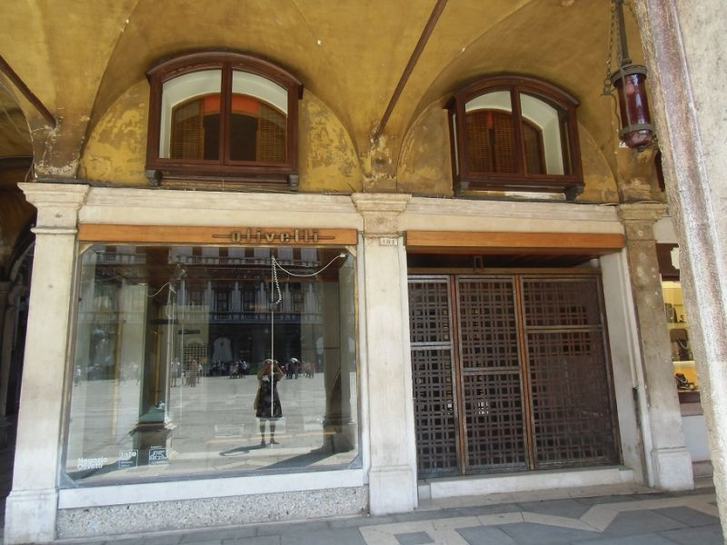Carlo_Scarpa_:_il_negozio_Olivetti_in_Piazza_San_Marco_a_Venezia