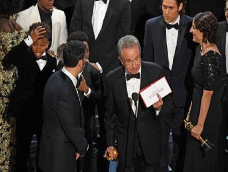 Colpo_di_scena_agli_Oscar:_vince_La_La_Land,_anzi_Moonlight
