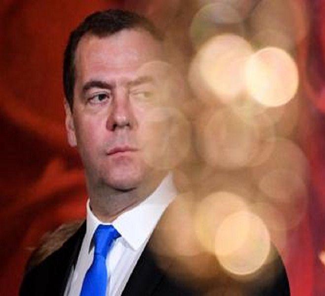 Russia,_Medvedev_si_dimette